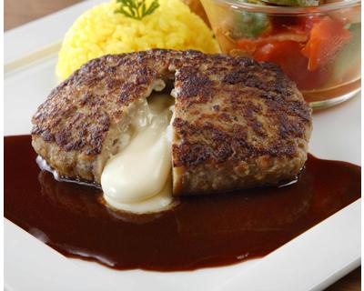 「鉄板焼きチーズインハンバーグ130g」鉄板で焼き肉の風味を表現したハンバーグ。